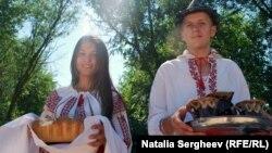 """Caravana """"AICI e Europa Liberă"""" primită în mod tradițional la Cenac"""