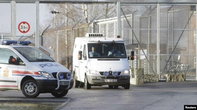 Андерса Брейвика везут в суд в Осло. 16 апреля 2012 г