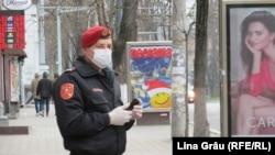 Carabinier într-o stație de transport public la Chișinău, după decretarea stării de urgență