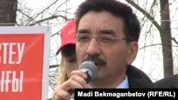 Член провластной Коммунистической народной партии Жамбыл Ахметбеков выступает на митинге накануне президентских выборов, в которых участвует в качестве кандидата. Алматы, 31 марта 2011 года.