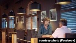 Олег Ніколаєв (ліворуч) у ресторані «Острів»