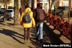 """Молодежь на одной из улиц Донецка - рюкзак """"Bosco"""" в национальных цветах с надписью """"Ukraine"""""""