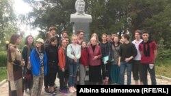 Московские студенты с сестрой Чингиза Айтматова - Розой.