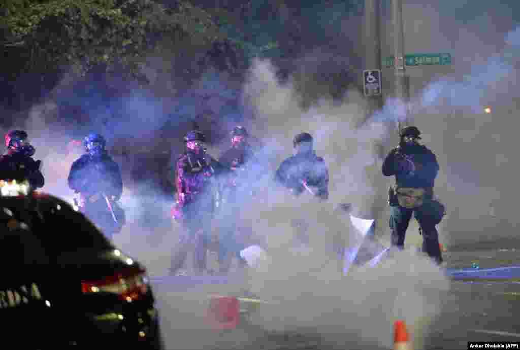 Безбедносни сили стојат во облак од солзавец во Портланд, Орегон