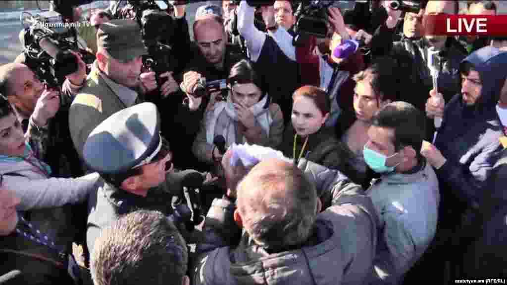 Лидер оппозиционного движения Никол Пашинян рвет письменное уведомление полиции с требованием прекратить митинг, Ереван, 17 апреля 2018 г.