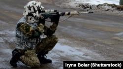 Военнослужащий ВСУ Украины на одном из блокпостов в Донбассе