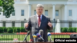 Президент України Петро Порошенко спілкується з журналістами після зустрічі з президентом США Дональдом Трампом. Вашингтон, 19 червня 2017 року