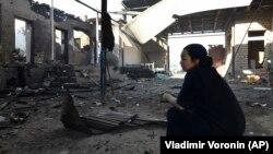 Жительница села Сортобе Жамбылской области во дворе своего дома, сожженного во время межэтнических столкновений в ночь на 8 февраля.