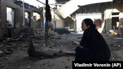 Сортөбе ауылының тұрғыны ұлтаралық қақтығыс кезінде өртенген үйінің ауласында отыр. Жамбыл облысы, Қордай ауданы, 8 ақпан 2020 жыл.
