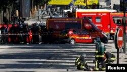 Група спецзахисту від зброї масового знищення досліджує тіло загиблого нападника, Париж, 19 червня 2017 року