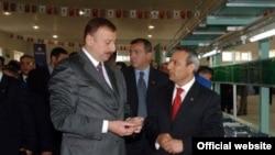 Президент Азербайджана Ильхам Алиев (слева) и Али Эвсен (справа), 26 апреля 2005