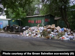 Бытовой мусор в одном из дворов Алматы. Фото предоставлено экообществом «Зеленое спасение».