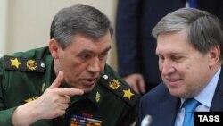 Начальник Генштаба Вооруженных сил России Валерий Герасимов (слева). 30 октября 2015 года.