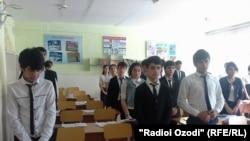 Дүйшөмбүдөгү мектеп окуучулары