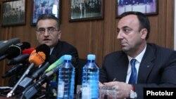 Члены Специальной комиссии по конституционным реформам Вардан Погосян (слева) и Грайр Товмасян на встрече с журналистами, Ереван, 17 июля 2015 г.