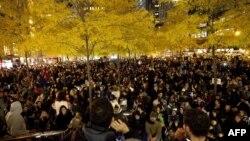 """Наразылар Нью-Йорктегі """"Зукотти"""" саябағына жиналды. 15 қараша, 2011 жыл."""