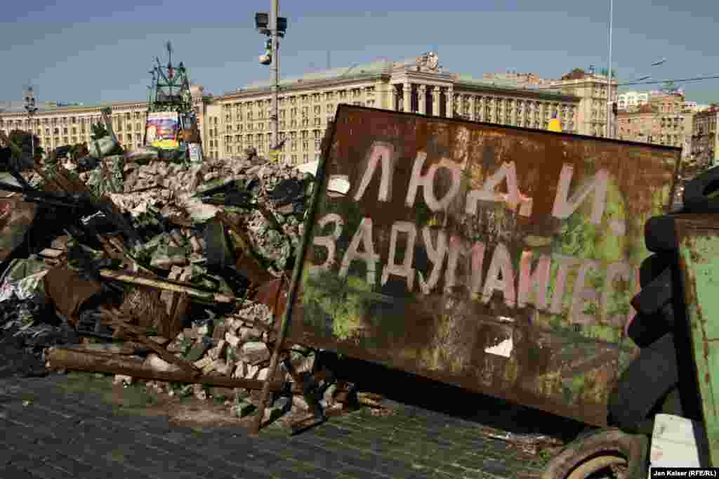 Ukraine -- Communal services with the police dismantle barricades in central Kyiv. 7 August, 2014
