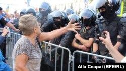 Kişenewda protestçiler hökümete garşy demonstrasiýa geçirýärler. 27-nji awgust, 2018 ý.