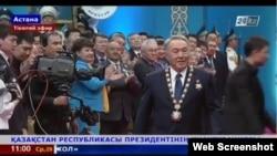 Президент Нұрсұлтан Назарбаев ант қабылдау рәсімінде. Астана, 29 сәуір 2015. 24.kz арнасынан скрин-шот.