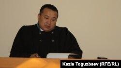 Судья экономического суда города Алматы Турсунали Толегенов в качестве председательствующего на заседании экономического суда города Алматы по коллективному иску нескольких НПО к банкам второго уровня. Алматы, 17 октября 2014 года.