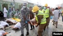 Құтқарушылар Мина жазығындағы кептелісте қаза болғандардың денесін әкетіп барады. Сауд Арабиясы, Мекке, 24 қыркүйек 2015 жыл.