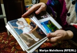 Мама Анны Наталья Фролова показывает детские фото своей дочери. Уральск, 4 ноября 2019 года.
