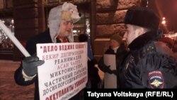 Участник акции в поддержку крымских татар и полицейский