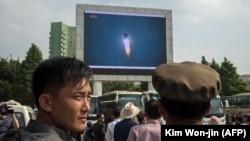 این عکس از پیونگیانگ، پخش تلویزیونی آزمایش موشکی ماه اوت را نشان میدهد