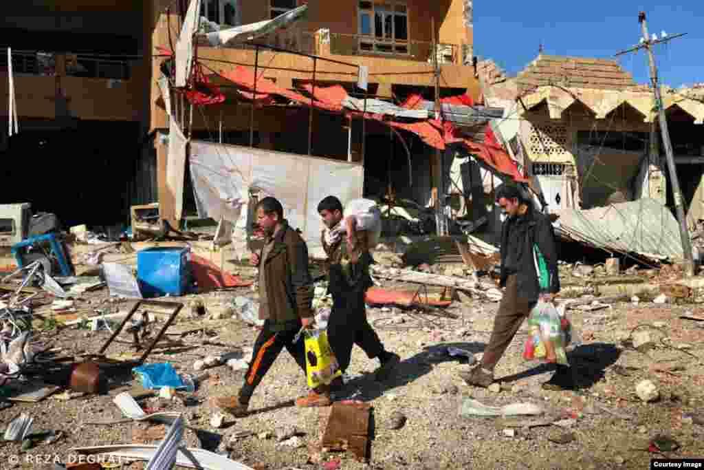سه نفر از ساکنان سنجار در بخش مرکزی این شهر