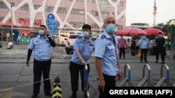 مقامها در ۱۱ محله اطراف بازار شینفادی مقررات منع رفت و آمد برقرار کرده و نیروهای انتظامی را برای جلوگیری از ورود و خروج شهروندان در منطقه مستقر کردهاند.