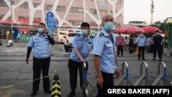 """Кытай полициясе Пекинның """"Синьфади"""" базарында"""