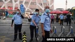 Полицейские блокируют въезд на территорию оптового продовольственного рынка «Синьфади». Пекин, 12 июня 2020 года.