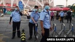 Полиция блокирует вход на рынок Синьфади в Пекине
