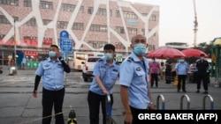 Китайска полиция блокира достъпа до пазар за месо в Пекин, който се смята за първоизточника на новото разпространение на коронавируса в града
