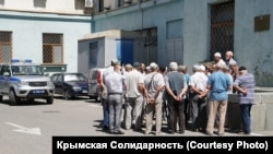 Ветераны крымскотатарского национального движения пришли под здание Совмина Крыма, 9 июля 2020 год