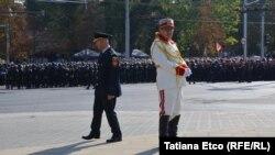 Ziua Independenței de cealaltă parte a cordonului de poliție...