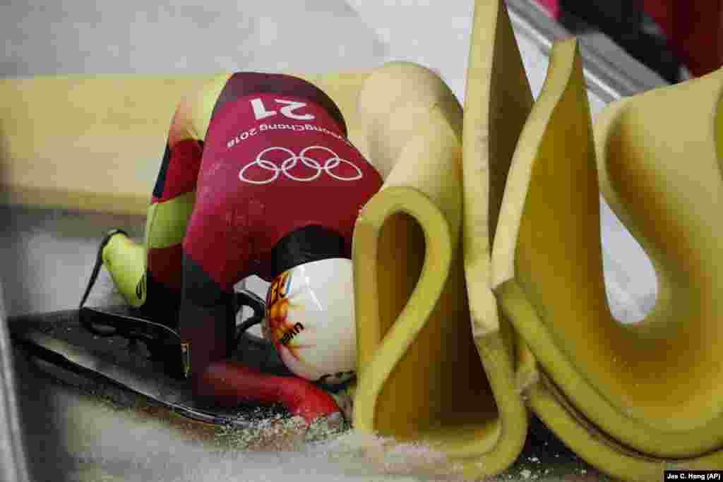 Скелетон: Кристофер Гротеер из Германии врезался в стену из пены при подготовке к мужским соревнованиям