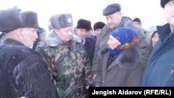 Вице-премьер-министр Токон Мамытов жергиликтүү калк менен сүйлөшүүдө, 19-декабрь, 2013-жыл