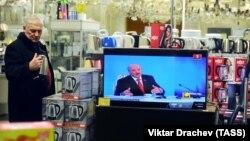 Телевізор із трансляцією прес-конференції Олександра Лукашенка в магазині електроніки в Мінську, 3 лютого 2017 року