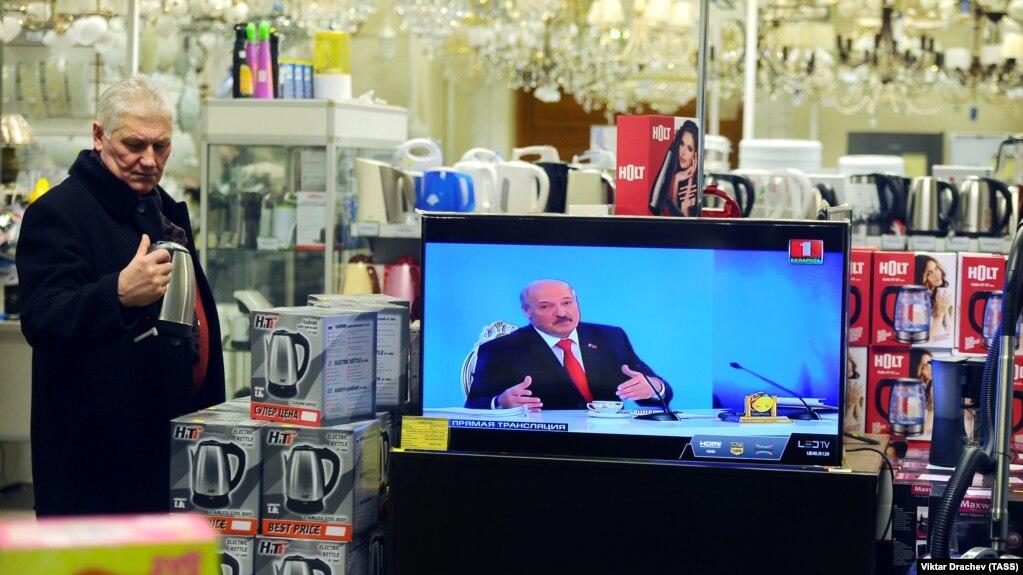 Трансляція «Великого розмови» з президентом Білорусі Олександром Лукашенком у одному з магазинів побутової техніки