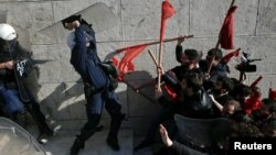 درگیری معترضان و پلیس ضدشورش در خارج از پارلمان یونان