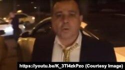 Военный судья Арсен Крикоров на месте ДТП, кадр из видеозаписи