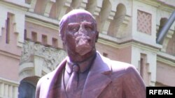 Пошкоджений пам'ятник Леніну в Києві.