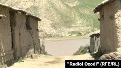 Дарёи Кофарниҳон дар 20-метрии манзили зисти Сайрам Холова ҷойгир аст.