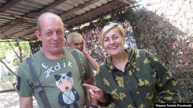 Зліва направо: волонтер Едуард Копилов і парамедик ДУК Тетяна Тучак