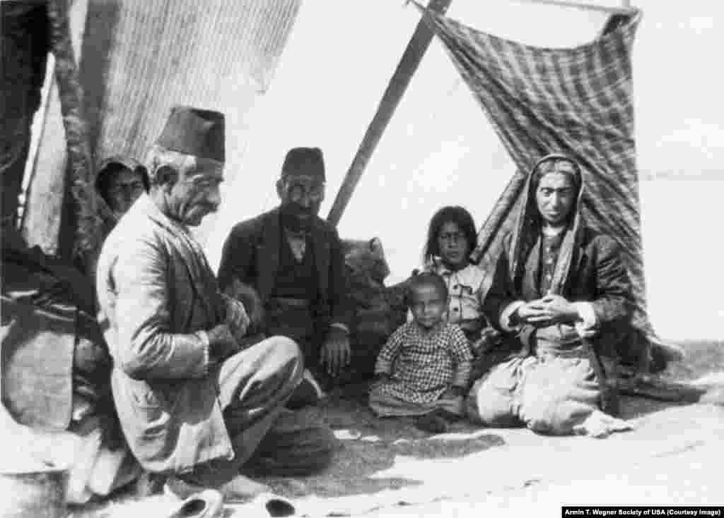 ارمنی هایی که مجبور به کوچ اجباری شدند در نزدیکی راه آهن بغداد