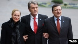 Ukrainian President Viktor Yushchenko (center) greets European Commission President Jose Manuel Barroso and the EU's external relations commissioner, Benita Ferrero-Waldner, in Kyiv.