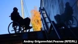 Мужчина с ограниченными возможностями в инвалидной коляске.