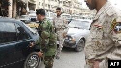 عنصر من قوات الصحوة في نقطة تفتيش أمنية مشتركة ببغداد
