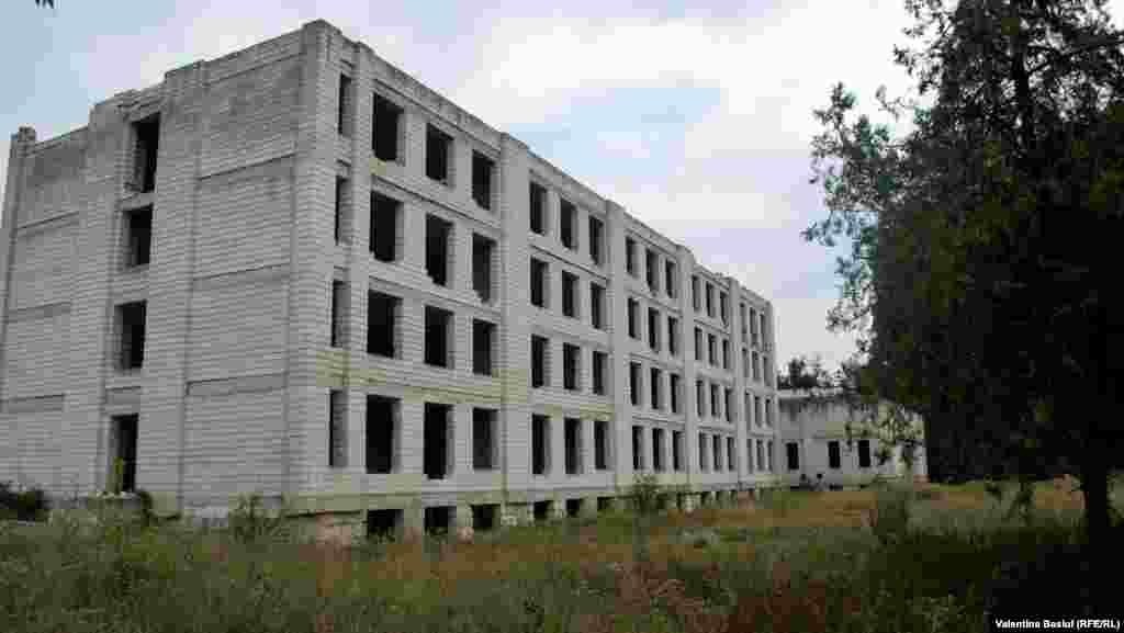 Construcţia clădirii liceului a fost îngheţată în anii 1990